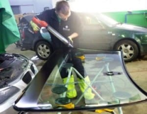 2 przygotowanie nowej szyby samochodowej